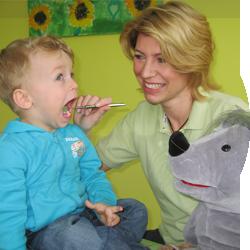 Kinderzahnärztin untersucht kleinen Jungen