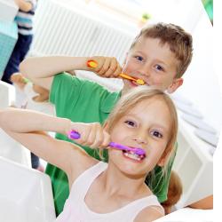 Junge und Mädchen putzen sich die Zähne |lachzahn.de