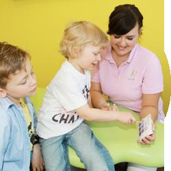 Zwei Kinder spielen in der Kinderzahnarztpraxis | lachzahn.de