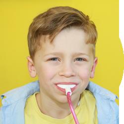 Junge bei der Schienenfluoridierung beim Kinderzahnarzt | lachzahn.de