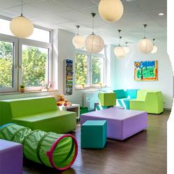 Kindgerechtes Wartezimmer der Kinderzahnarztpraxis Lachzahn